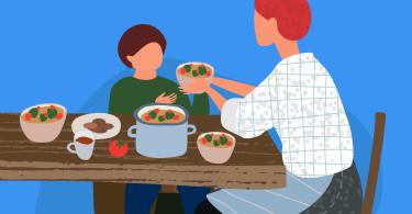 A ilustração mostra uma mesa com panelas e pratos servidos com comida. Em uma cadeira, a mãe oferece alimento para seu filho. Imagem ilustrativa da nutrição e alimentação infantil.